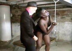 Séance d'humiliation et de punition brutale pour la belle blackette Youmi, qui se fait soumettre violemment par ce mec blanc pervers et dominant