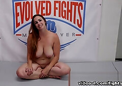 Die langbeinige Jungfrau Bella Rossi erlebt Hardcore-Orgasmen in mehreren Bondages