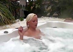 Geile, blonde Schlampe raucht im Whirlpool!