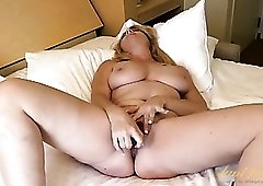 Curvy mom hottie fucks her wet pussy with a toy